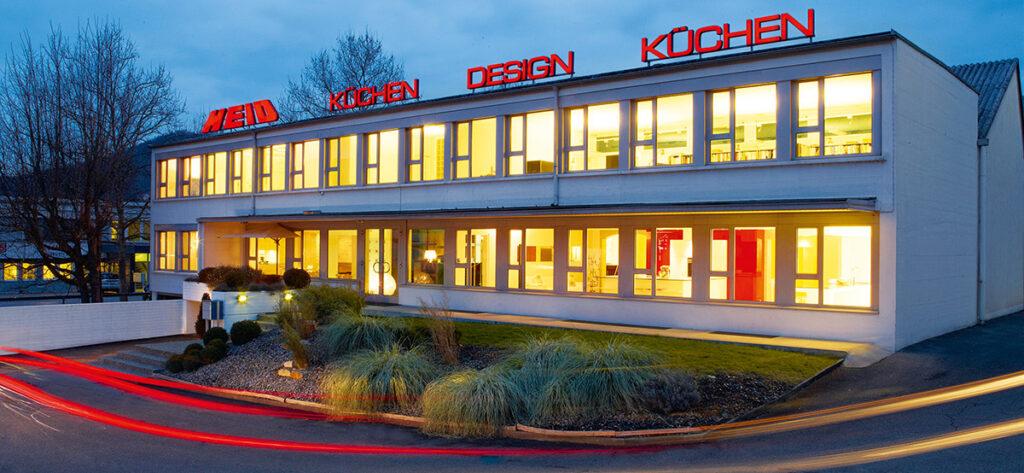 Kontakt und Anfahrt zur Heid-Küchen AG, die Küchenarchitektur-Firma in Sissach, Baselland. Ein Bild vom Küchenbauer mit Showroom und Manufaktur von Design Küchen in der Schweiz.