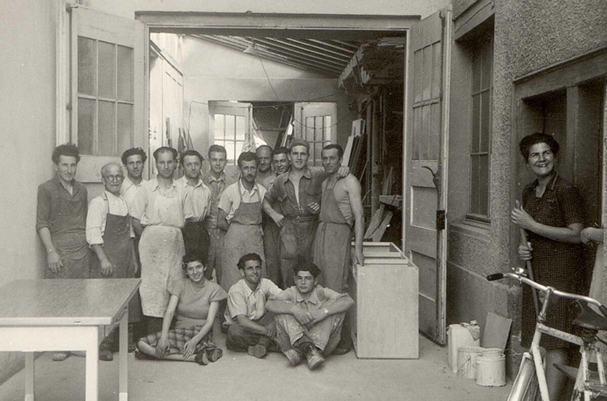 Die originale Schreiner Belegschaft zur Zeit der Ersten Generation als Verbildlichung des ausgeschriebenen Jobs für Schreiner EFZ.