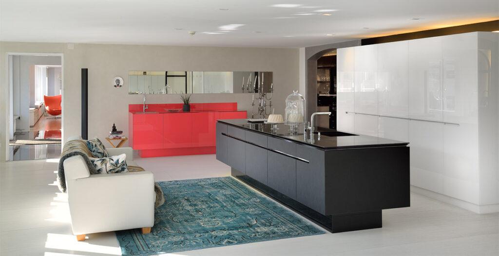Impression von unserem Showroom auf 800m² mit unzähligen Küchen aus eigener Produktion in verschiedensten Farben und Materialen.